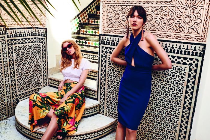 0d070e7d8447cd Scenerią kampanii zostało gorące Maroko, użyczając swojego energicznego  kolorytu. Na tło zdjęć składają się słynne mozaiki, etniczne dywany i  pustynny ...