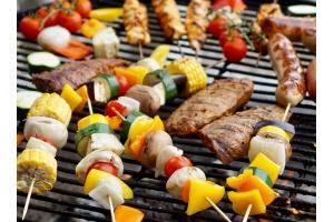 Rozpoczynamy sezon grillowy! Ważne informacje, wskazówki i przepisy na przepyszne dania z grilla