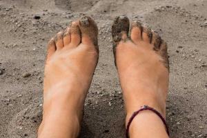 Piękne stopy latem – jak o nie dbać?