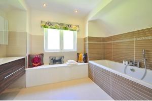 Jak zaprojektować i urządzić łazienkę