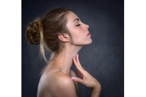 Jak pomóc skórze w stresie? Artykuł z komentarzem dr n. med. Edyty Blus