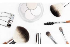 Jak prawidłowo zrobić makijaż – o najpopularniejszych, aktualnych błędach makijażowych.