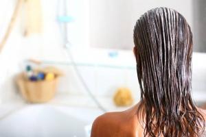 Domowa pielęgnacja – sprawdzone sposoby na poprawę kondycji Twoich włosów
