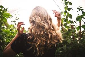 Jak dbać o włosy podczas upałów - poradnik